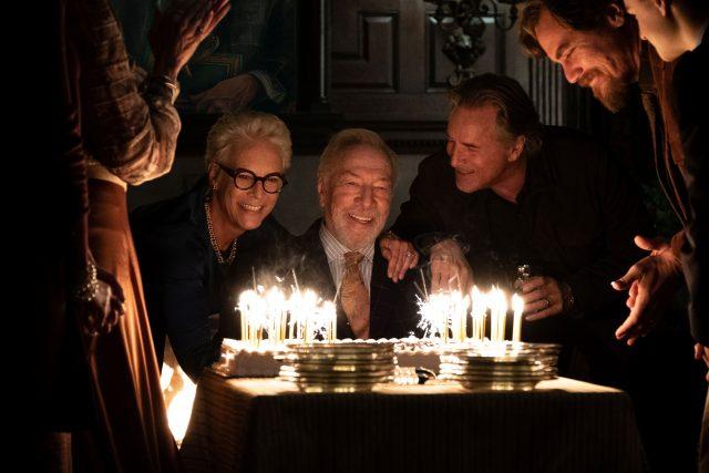 Mord zum Geburtstag: v.l.n.r.: Linda Drysdale (Jamie Lee Curtis), Harlan Thrombey (Christopher Plummer), Richard Drysdale (Don Johnson) und Walt Thrombey (Michael Shannon).