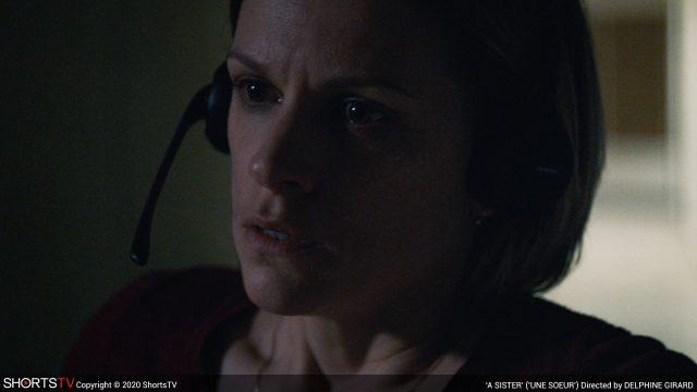 Frau mit Headset aus dem Film A Sister. Kurzfilm Oscarkandidat