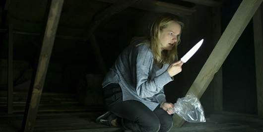 Elisabeth Moss auf dem Dachboden. In ihrer Hand ein Messer.