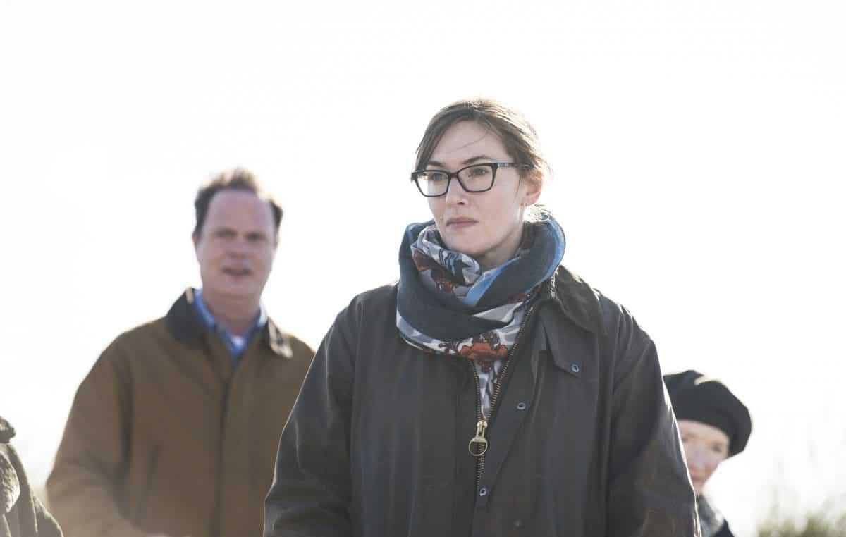 Jennifer (Kate Winslet) macht mit ihrem Mann Michael (Rainn Wilson) und ihrer Familie einen Strandspaziergang
