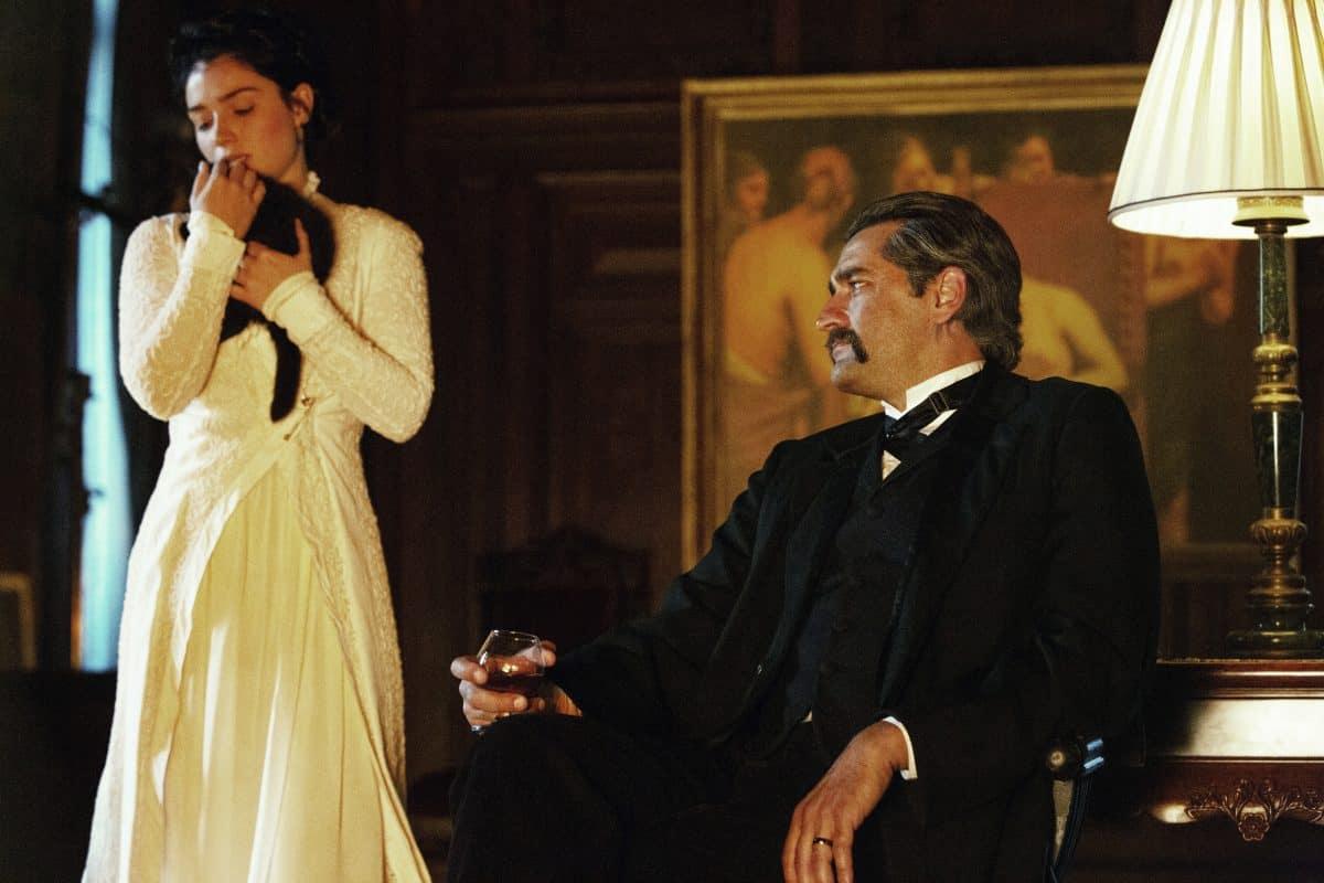 Anne Morgen (Eve Hewson) mit ihrem Vater J.P. Morgan (Donnie Keshawarz)