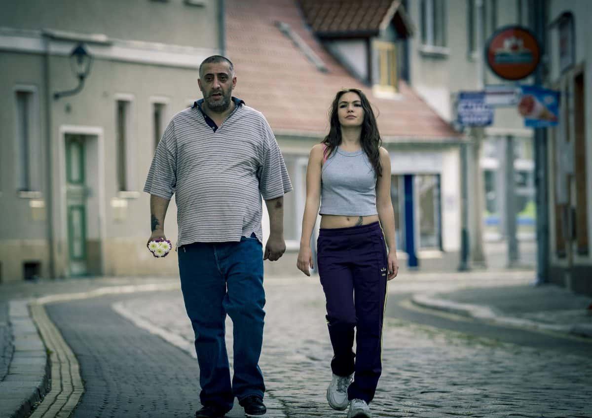 Kida Ramadan als Nabil und Emma Drogunova als Juju in IN BERLIN WÄCHST KEIN ORANGENBAUM
