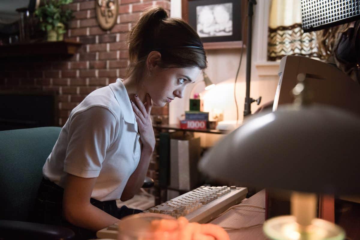 Alice ( Natalia Dyer) sitzt am PC und staunt nihct schlecht, welche Frivolen Auswüchse, das Internet zu bieten hat.