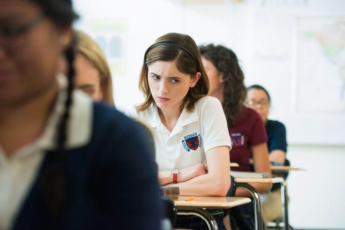 Auswählen Yes, God, Yes – Böse Mädchen beichten nicht 02 Ist Masturbation wirklich eine Sünde? Father Murphys strenger Unterricht ist für Alice (Natalia Dyer) ganz schön verwirrend.
