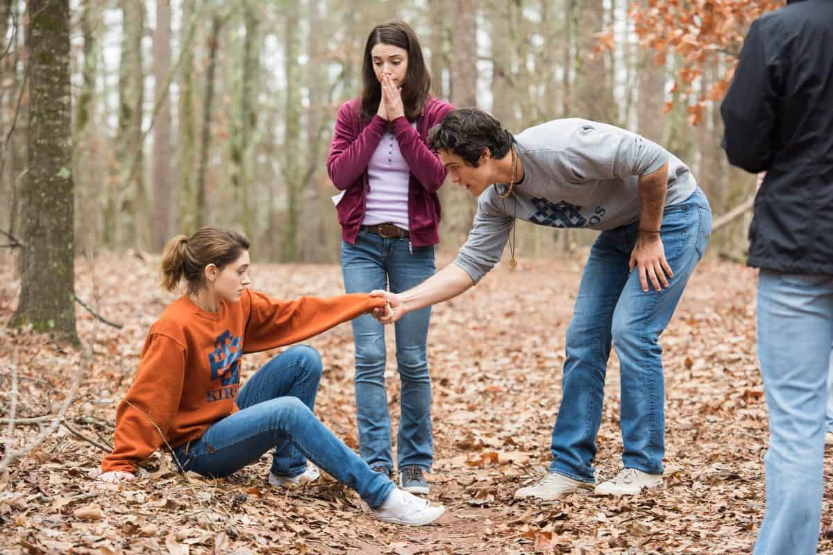 Alice (Natalia Dyer) versteht es, Chris' (Wolfgang Novogratz) Aufmerksamkeit auf sich zu ziehen. Ihre Freundin Laura schaut zu