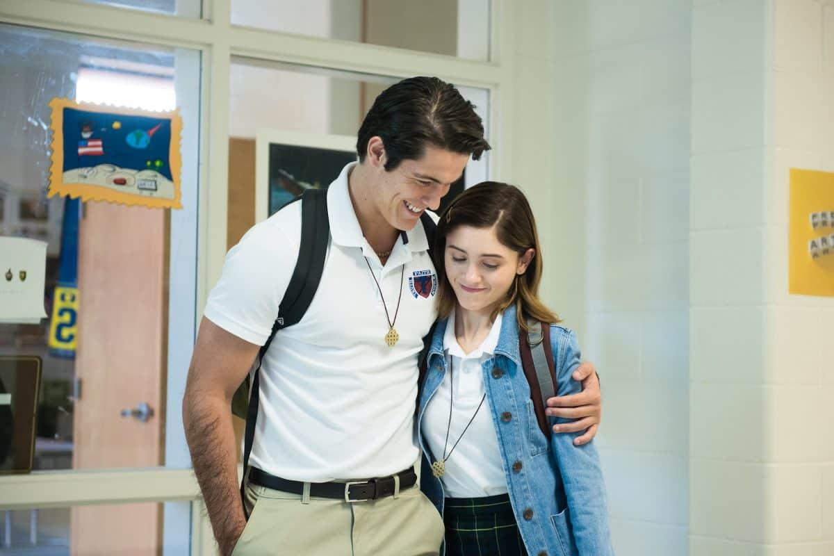 Von der Seite umarmen ist erlaubt – doch Alice (Natalia Dyer) würde Chris (Wolfgang Novogratz) gerne näher kommen.