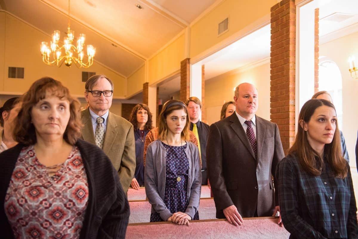 Brav besucht Alice regelmässig den Gottesdienst in Yes, God Yes