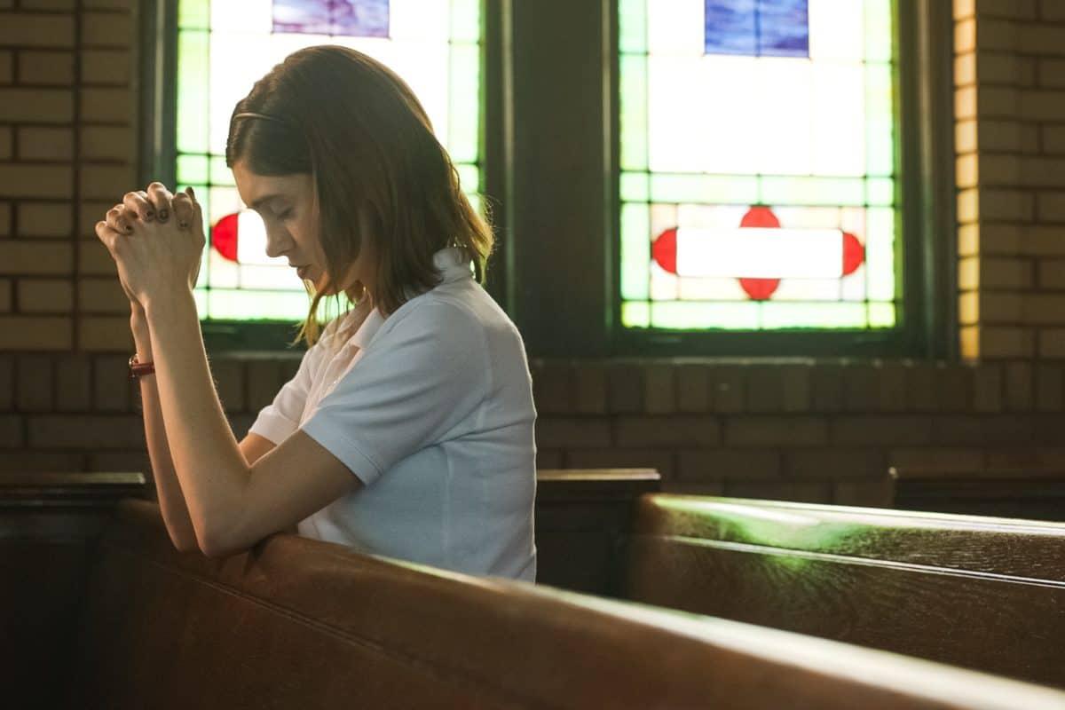 Beten hilft Alice (Natalia Dyer) jetzt auch nicht mehr. Yes, God, Yes – Böse Mädchen beichten nicht