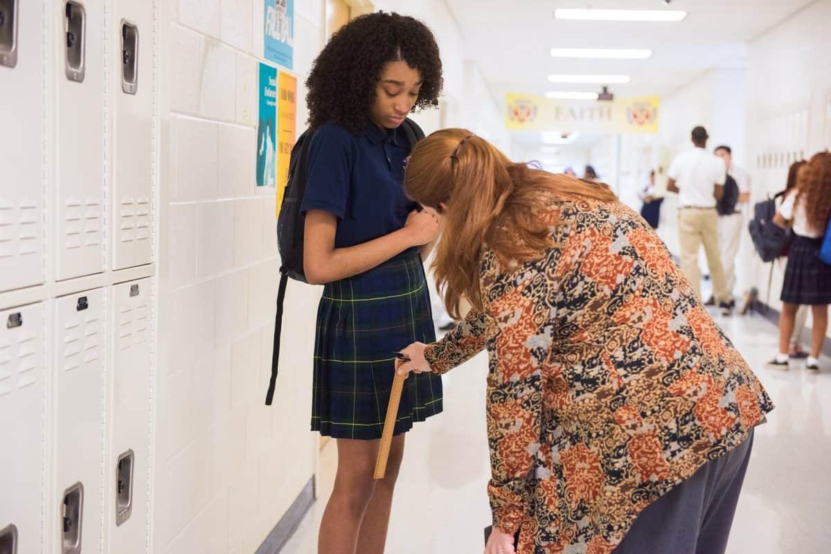 Das muss der Zollstock ran: Es herrschen strenge Regeln an der Schule - der Rock darf keinen Milimeter zu kurz sein.