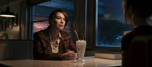 Lena Headey beim Milkshake im neuen Film Gunpowder Milkshake