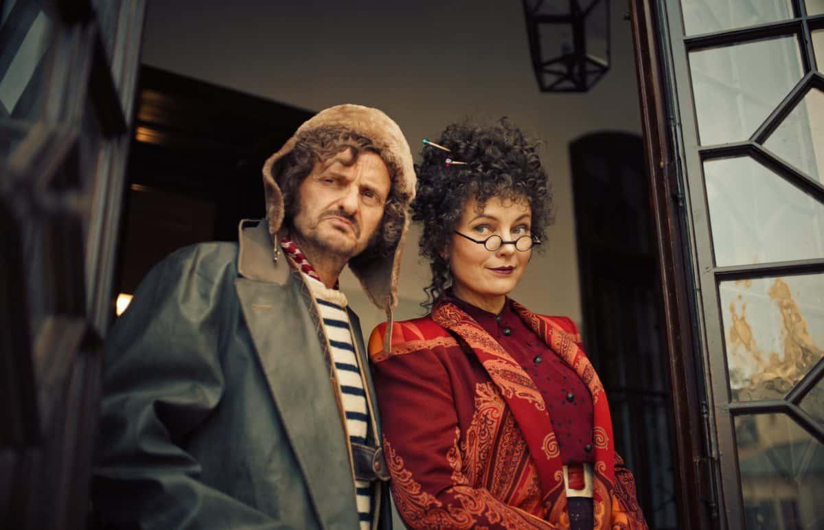 Miss Cornfield (Nadja Uhl) und Mister Morrison (Milan Peschel)