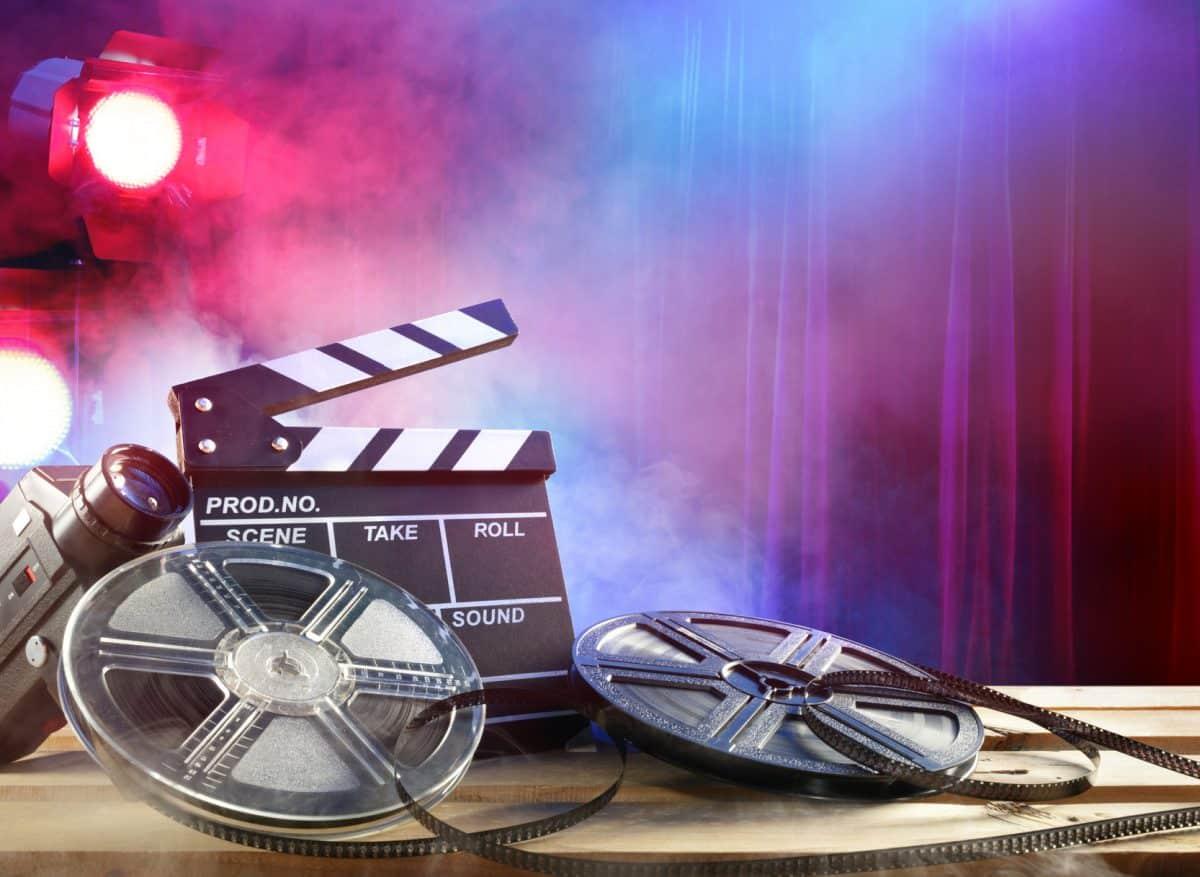 Film Klappe und Filmrollen im Spotlight.