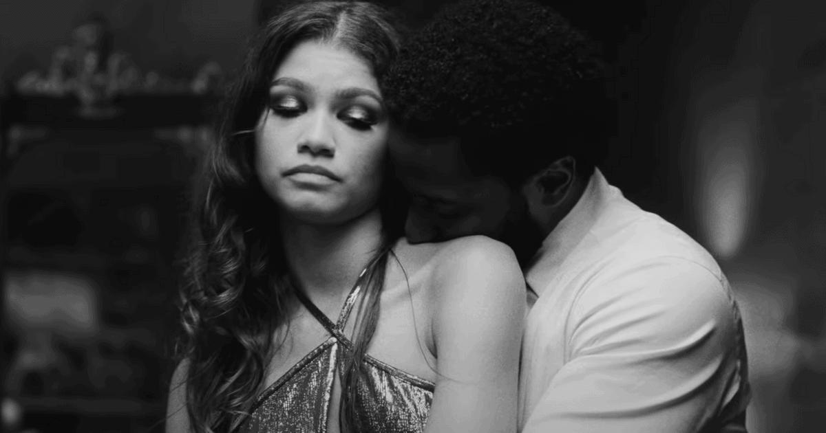Malcom & Marie film bei Netflix. Er umarmt sie von hinten.