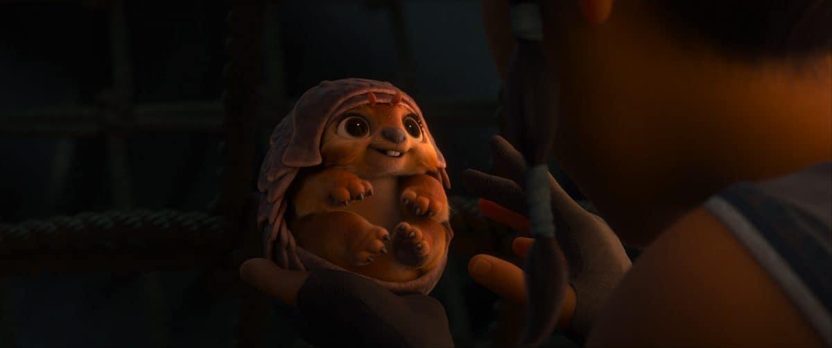 Tuk Tuk ist halb Pillenwanze und halb Mops und ist Rayas bester Freund, seit sie ihn in der Hand halten konnte.