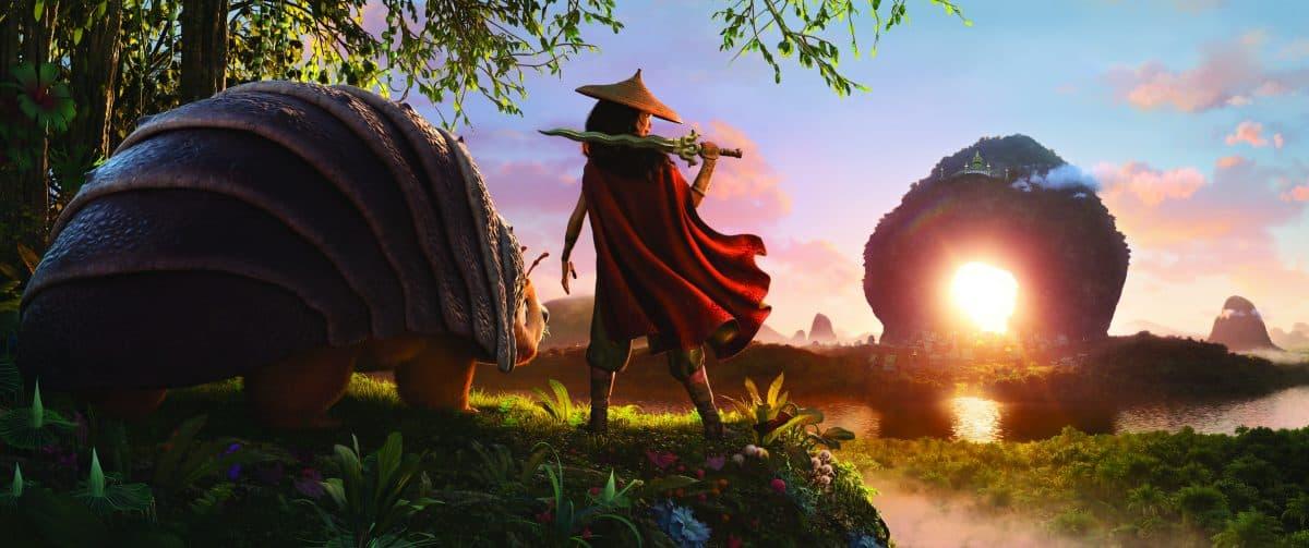 Als eine böse Macht das Königreich Kumandra bedroht, liegt es an der Kriegerin Raya und ihrem treuen Pferd Tuk Tuk, ihre Heimat Heart Lands zu verlassen und den letzten Drachen aufzuspüren, um den bösartigen Druun aufzuhalten.