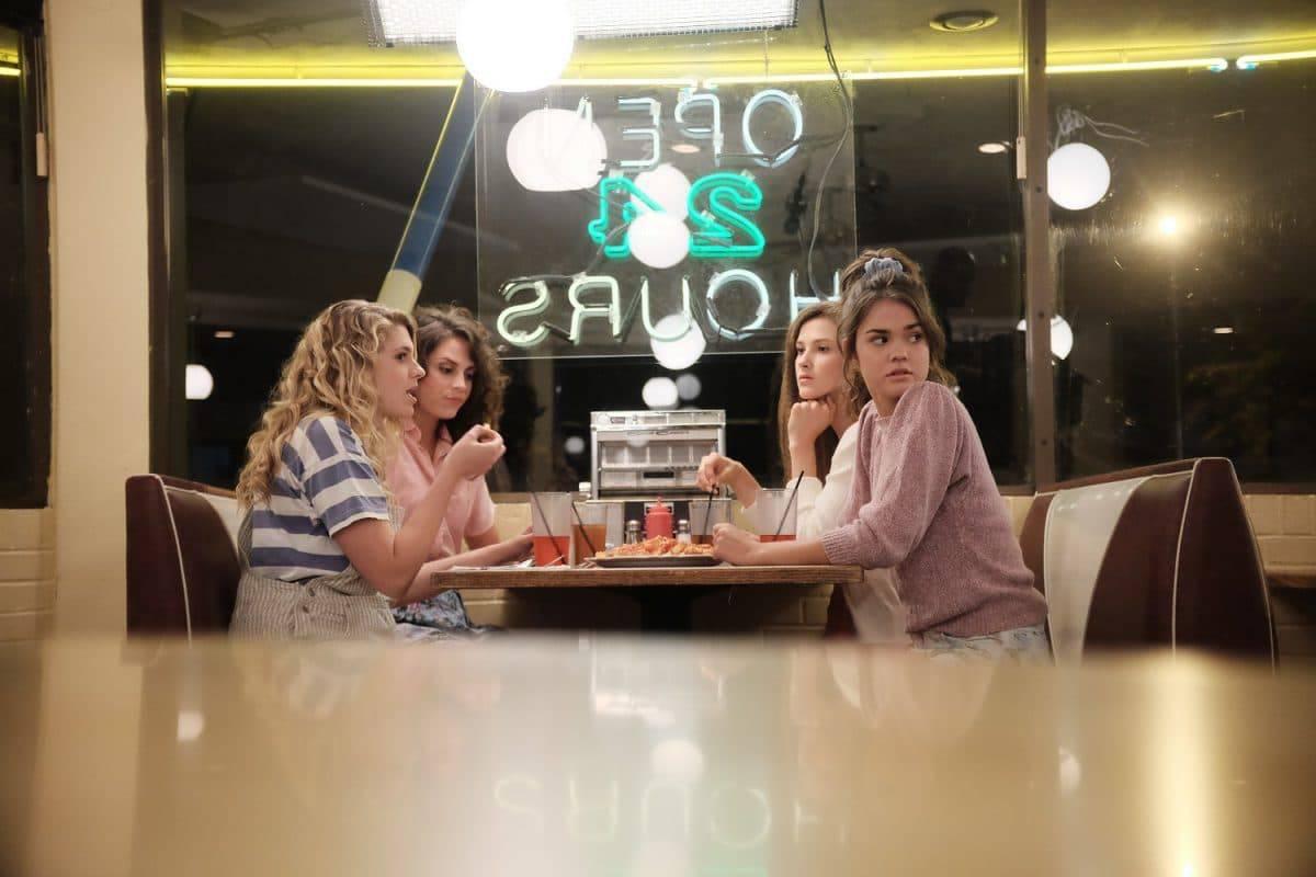 Vier junge Mädchen sitzt in einem Diner