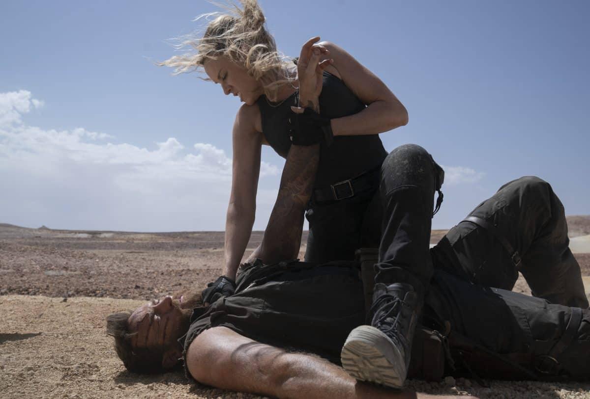 (L-r) JOSH LAWSON als Kano and JESSICA MCNAMEE als Sonya Blade in Mortal Kombat