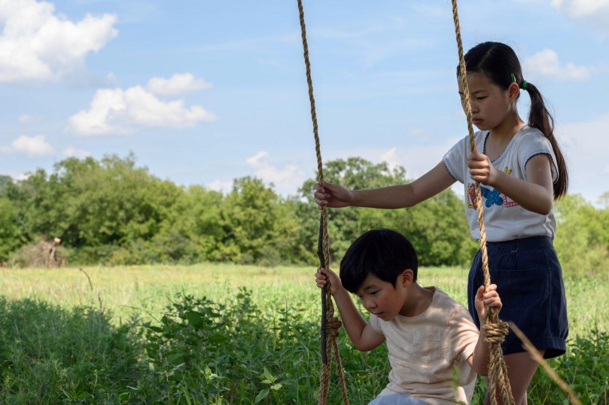 (v.l.n.r.) Die Geschwister David (Alan S. Kim) und Anne (Noel Cho)