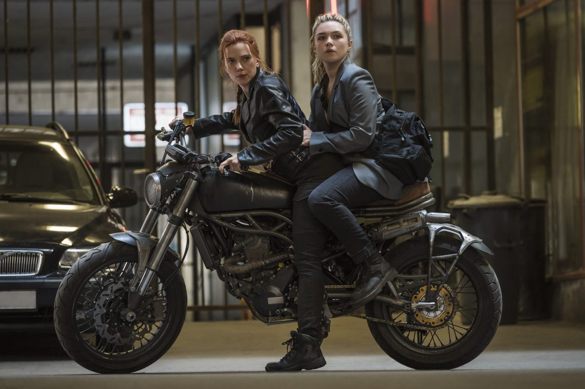 Scarlett Johansson als Black Widow/Natasha Romanoff and Florence Pugh als Yelena in Marvel Studios' BLACK WIDOW