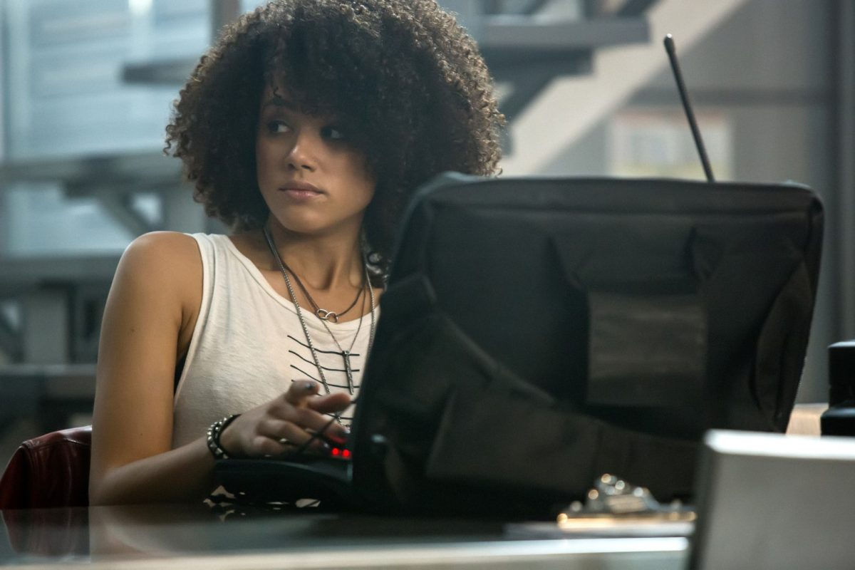Nathalie Emmanuel in Fast and The Furious am Computer sitzend