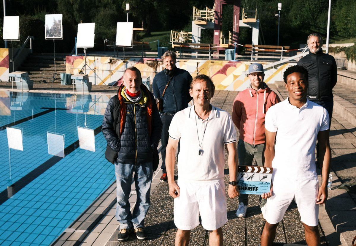 MIlan Peschel und Team am Schwimmbecken