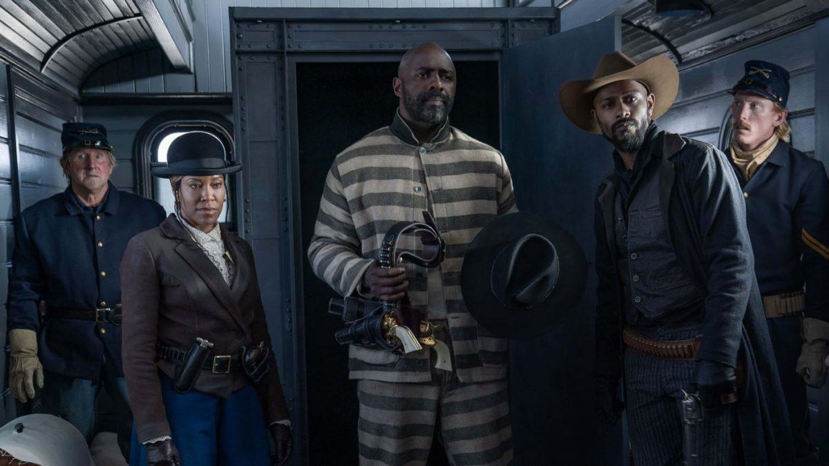 Idris Elba wird von Regina King aus dem Zug befreit.
