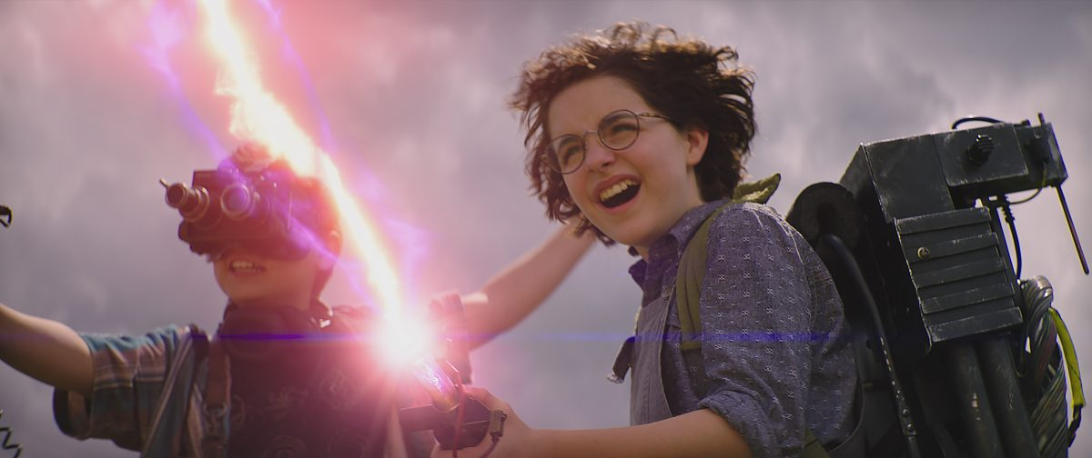 Phoebe (MCKENNA GRACE, r.) und Podcast (LOGAN KIM, l.) in Sony Pictures' GHOSTBUSTERS: LEGACY